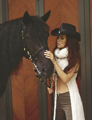 Shania Twain UNSIGNED Photograph - F644 - With Her Horse!!! • 2.99£