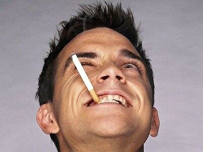 Robbie Williams UNSIGNED Photo - H4123 - SEXY!!!! • 2.99£