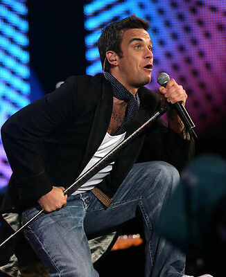 Robbie Williams UNSIGNED Photo - H4124 - English Singer, Songwriter And Actor • 2.99£