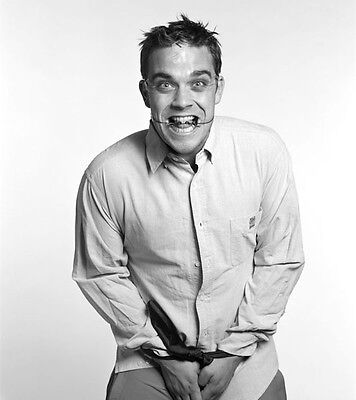 Robbie Williams UNSIGNED Photo - H4127 - SEXY!!!! • 2.99£