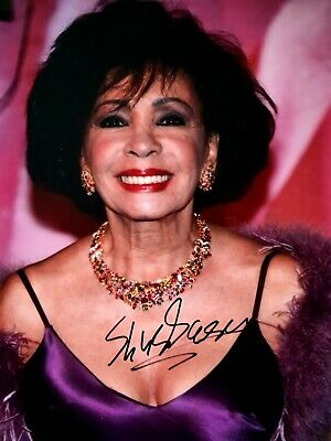Framed Hand Signed Photograph Of DAME SHIRLEY BASSEY -  With Cert. Authenticity • 49.99£