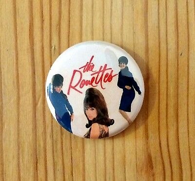THE RONETTES - BUTTON PIN BADGE (25mm) • 1.45£