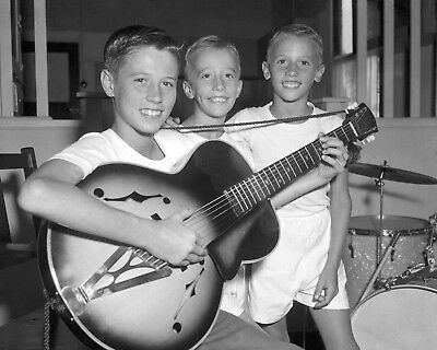Bee Gees 10  X 8  Photograph No 49 • 3.50£